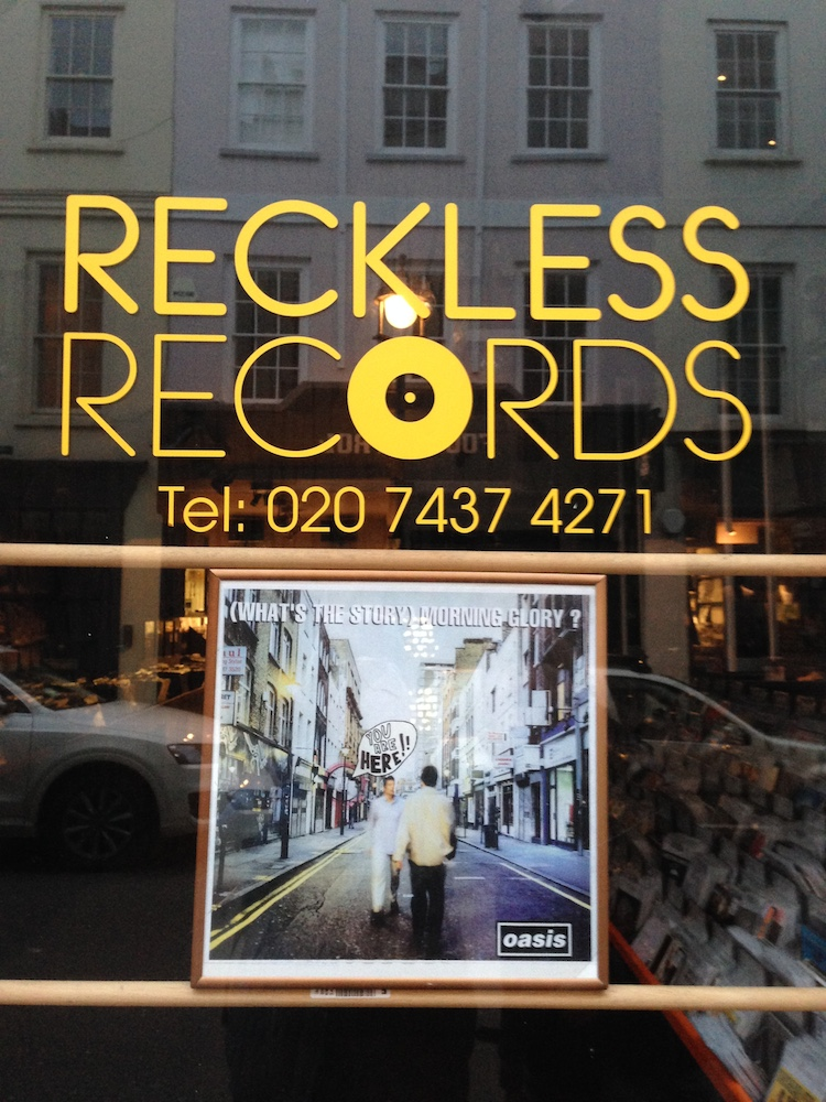 Reckless Records櫥窗:你就站在封面裡啊! Photo By Hyphen
