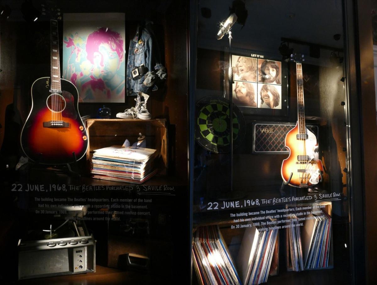 A&F裡的披頭四專區,左為John Lennon的吉他,右為Paul McCartney的貝斯。
