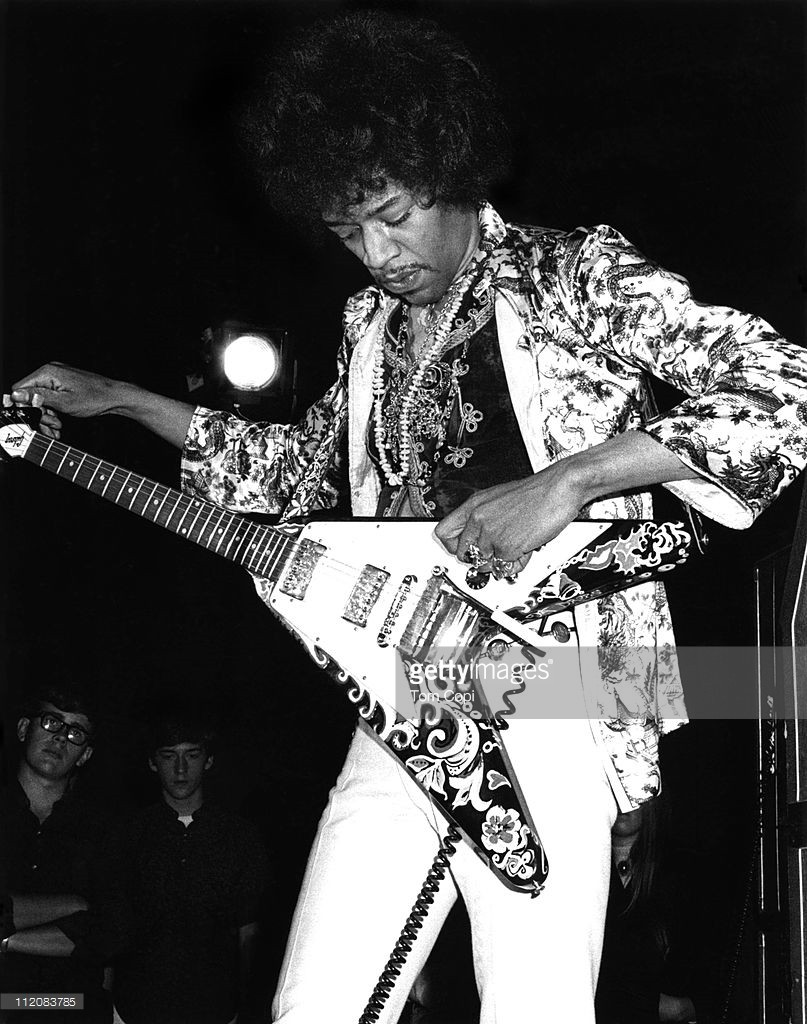 Jimmy Hendrix 為Gibson Flying V調音 by Getty Images