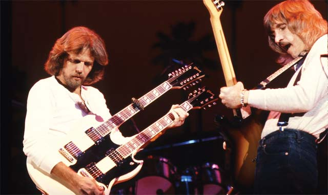 "Don Felder 和 Joe Walsh 演奏 ""Hotel California"" Solo. Photo by Neil Zlozower."