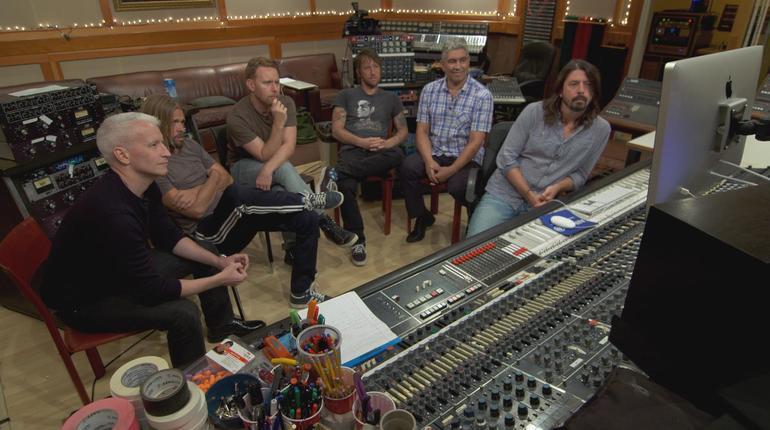 一起聆聽錄好的音軌。 Photo By CBS News