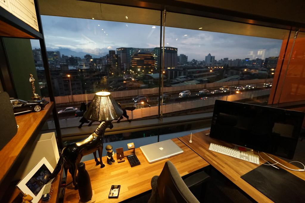桌前從泰國設計中心購入的馬燈-跟著遷入新辦公室