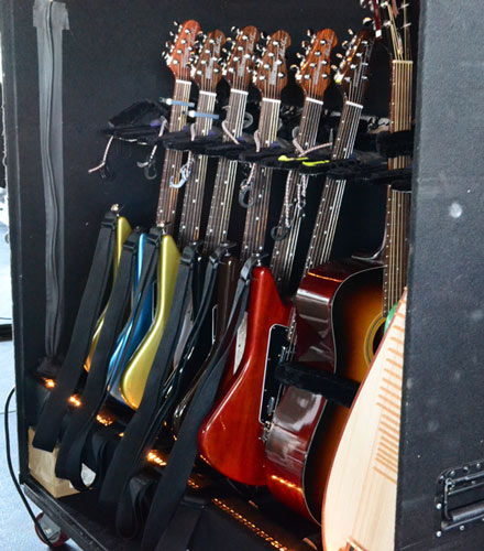 Mike巡演時的吉他架 Photo:Premier Guitar