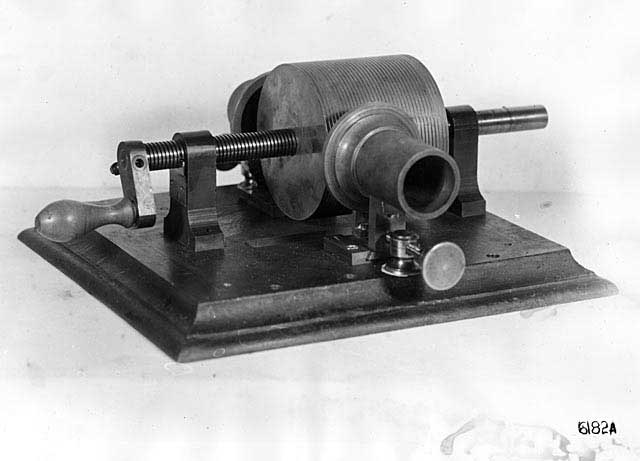 最原始的錫箔紙圓筒錄音機 Photo courtesy of U.S. Department of the Interior, National Park Service, Edison National Historic Site.