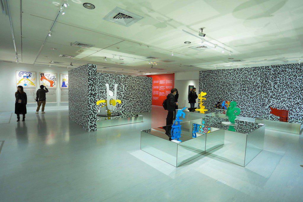 此次特展引進藝術家小型雕塑作品,在畫作環繞中更顯特別