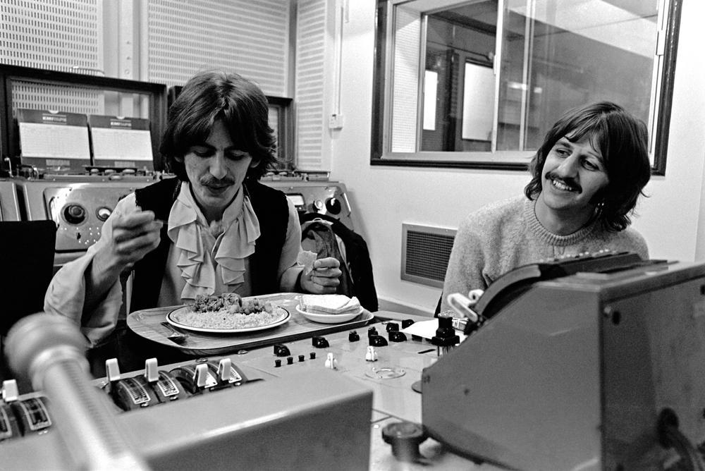 錄音的休息時間!(左:George Harrison,右:Ringo Starr)