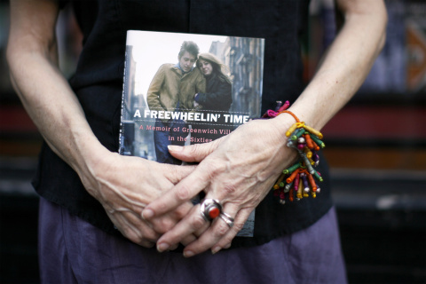 "Suze Rotolo, an author, poses as she holds her book in the Greenwich Village section of New York, July 2, 2008. Rotolo recently finished her book ""A Freewheelin' Time - A Memoir of Greenwich Village in the Sixties"" about life in New York and her time spent with artist Bob Dylan. REUTERS/Lucas Jackson (UNITED STATES)"